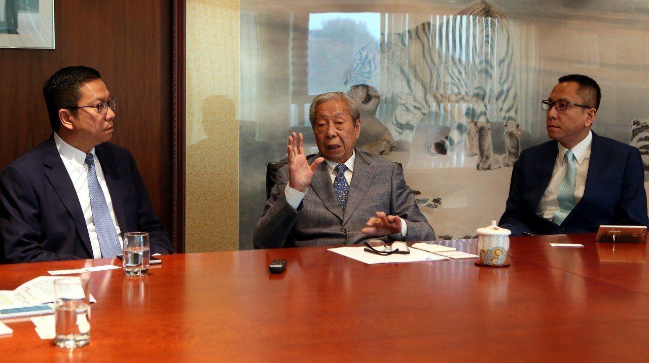 圖為施子清和他的二子施榮懷(左)、小兒子施榮忻(右)去年在其位於港島東的集團辦公...