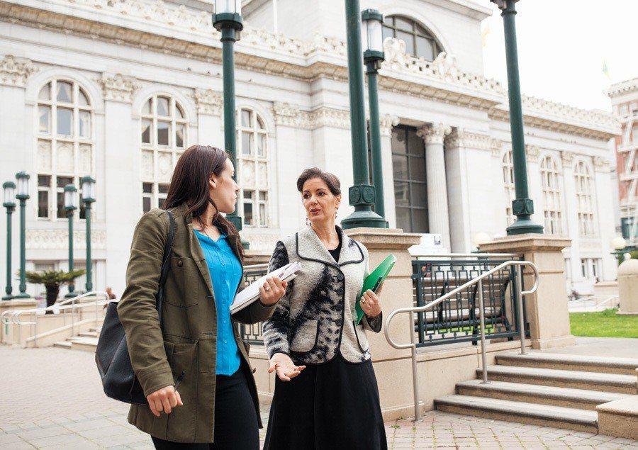 薛麗比(圖左)遞表選市長,為屋崙的未來奮鬥。 世界日報記者邱鴻安/攝影