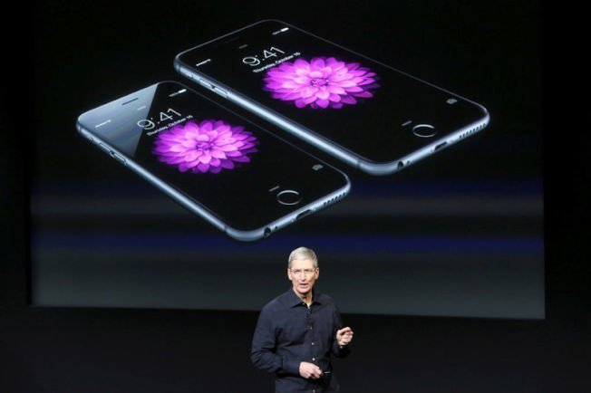 蘋果達成兆元市值的成功,全靠庫克和iPhone。(路透)