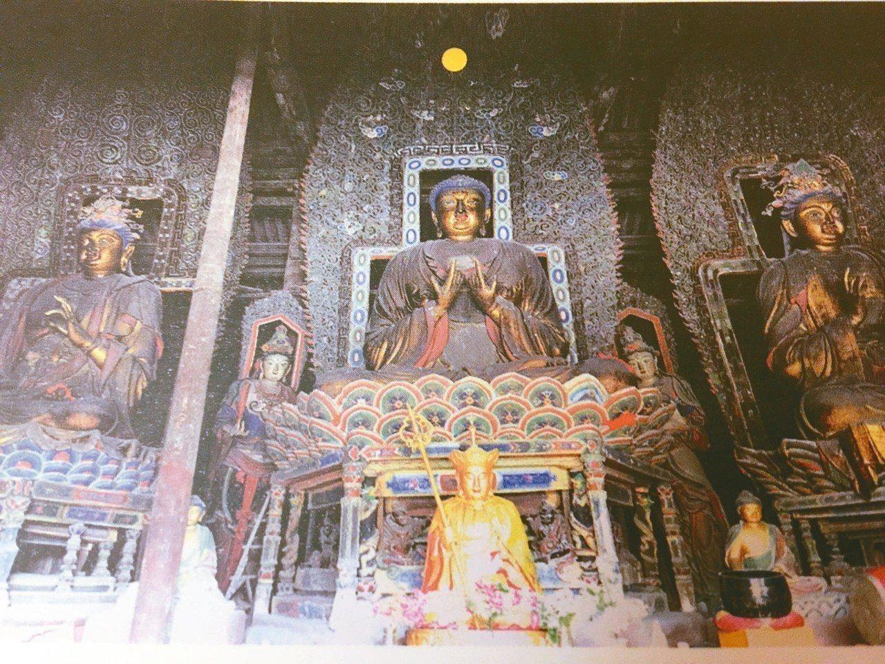 彌陀殿「西方三聖」,是崇福寺「金代五絕」之四。 翻拍畫冊