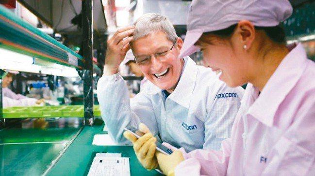 陸媒指鴻海旗下富士康鄭州廠已加緊趕工量產新iPhone,圖為蘋果執行長庫克(左)...