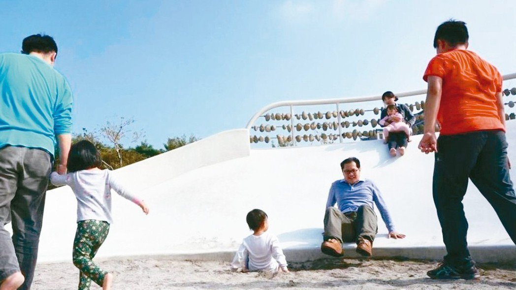 台中市公園綠地打造復古溜滑梯,以磨石子材質製作,底部設沙坑緩衝。 圖/聯合報系資...