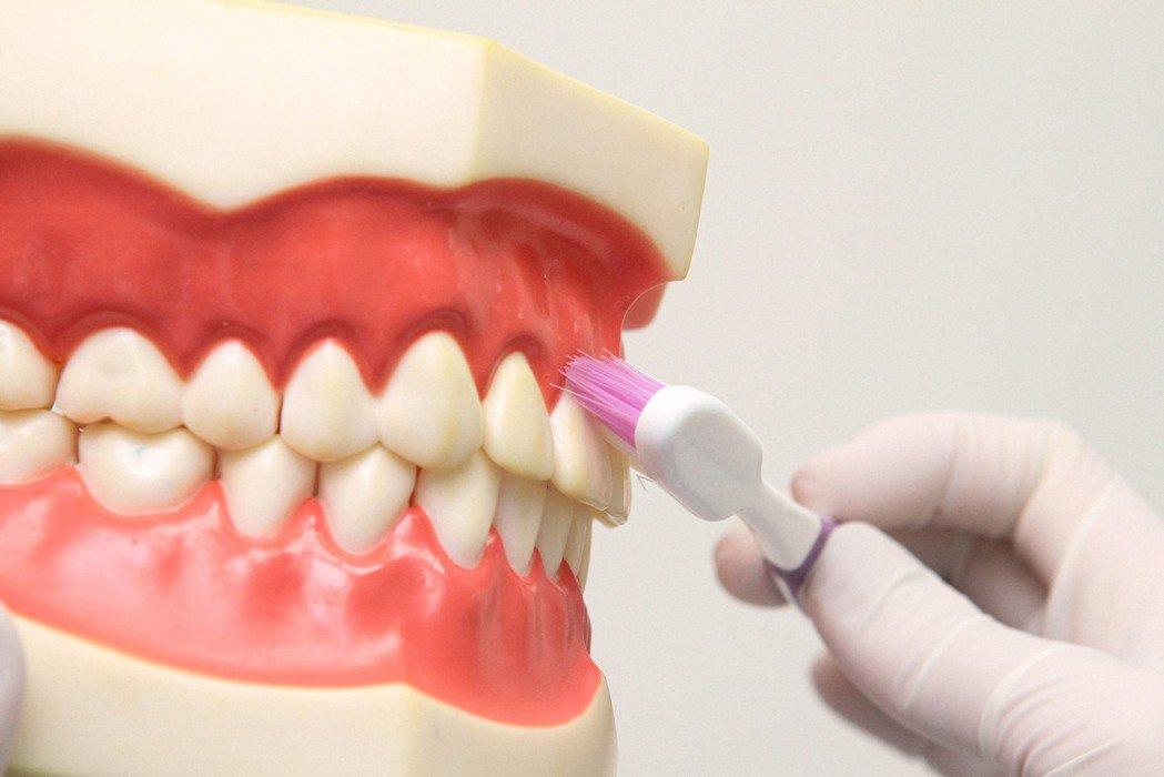 「貝氏刷牙法」兩顆兩顆牙齒有次序的水平來回刷,同一位置約刷10次;毛與牙齒需保持...