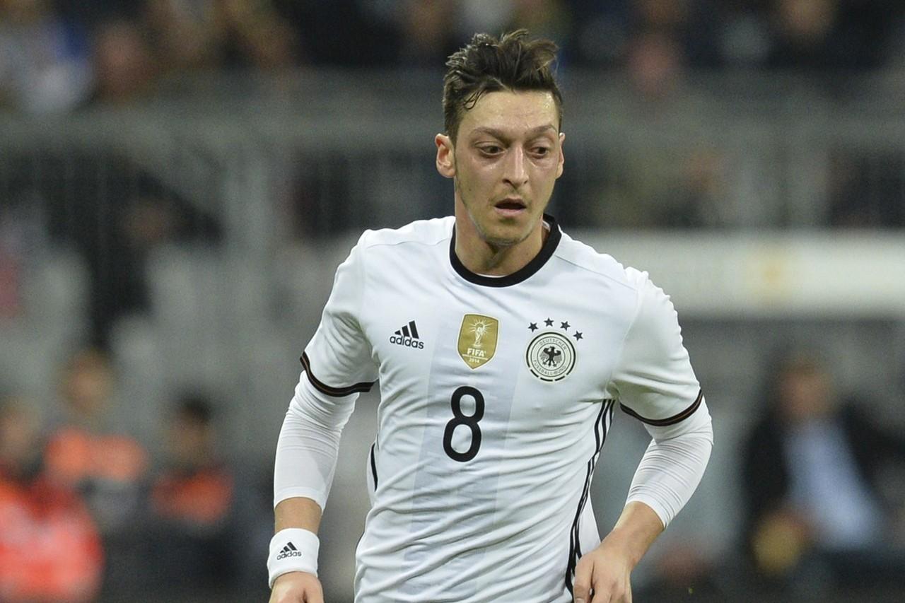 德國國家足球隊明星中場厄齊爾上月指控德國足球協會種族歧視,退出國家隊後餘波盪漾。...