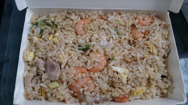 滿滿的蝦仁肉絲炒飯只要35元。圖擷自爆廢公社