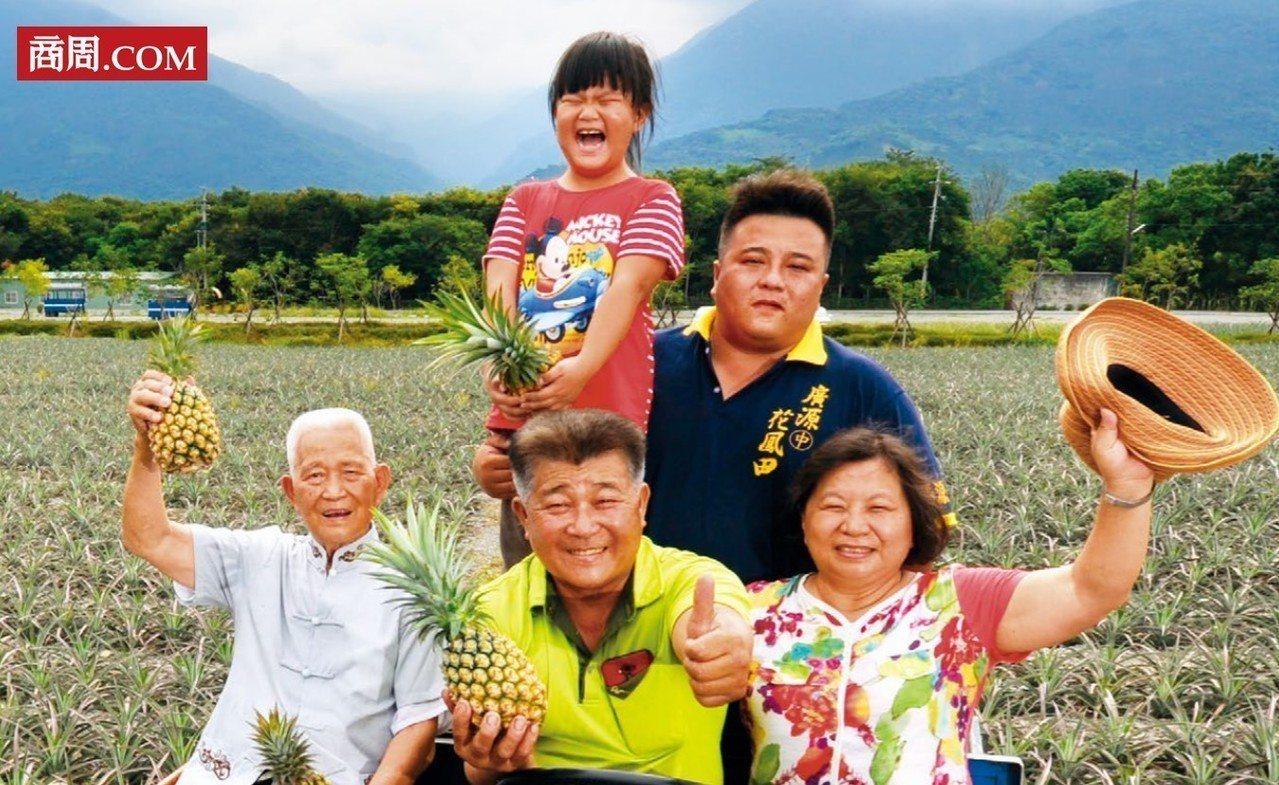 祖父楊阿訓(前排左起)、父親楊清茂、孫子楊弘基(後排右)三代聯手,增加土鳳梨的附...