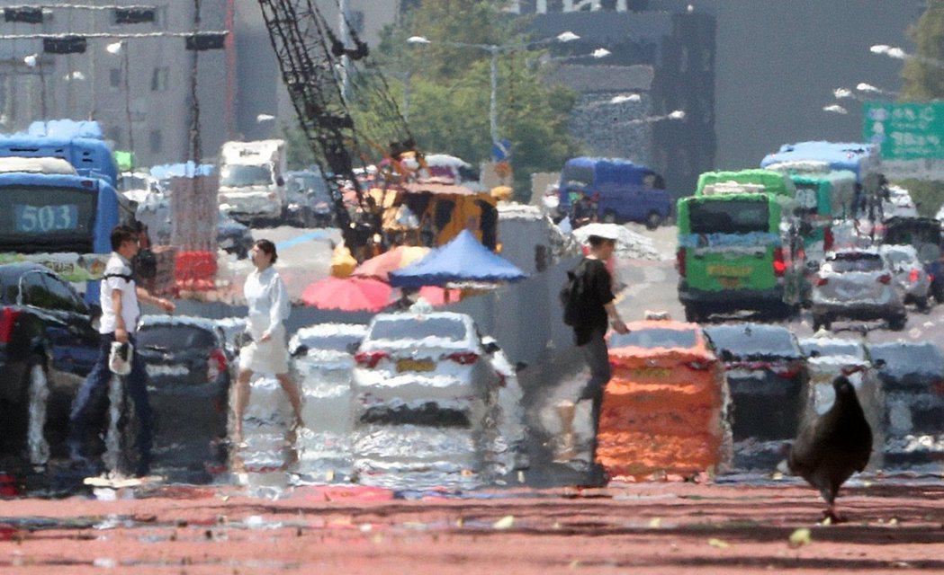 爆熱的首爾。韓國今夏的高溫,已對交通、農業、用電與國民健康都造成了極大威脅。 圖...