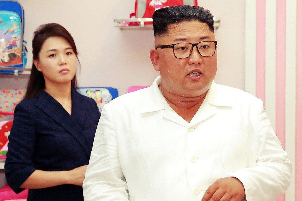 韓半島的酷暑,北韓也是吃不消。圖為滿身大汗的金正恩。 圖/朝中社