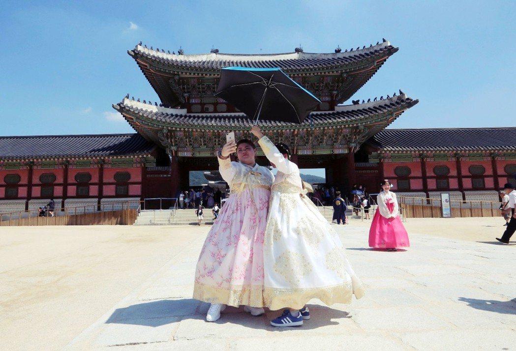 事實上,北半球各地近來都處於酷暑中。圖為豔陽下的外國觀光客,在首爾高溫中於景福宮...