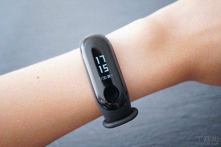 此為標準配色的石墨黑款式,另外還會提供深空藍和熱力橙兩款錶帶可選購。 圖/T客邦