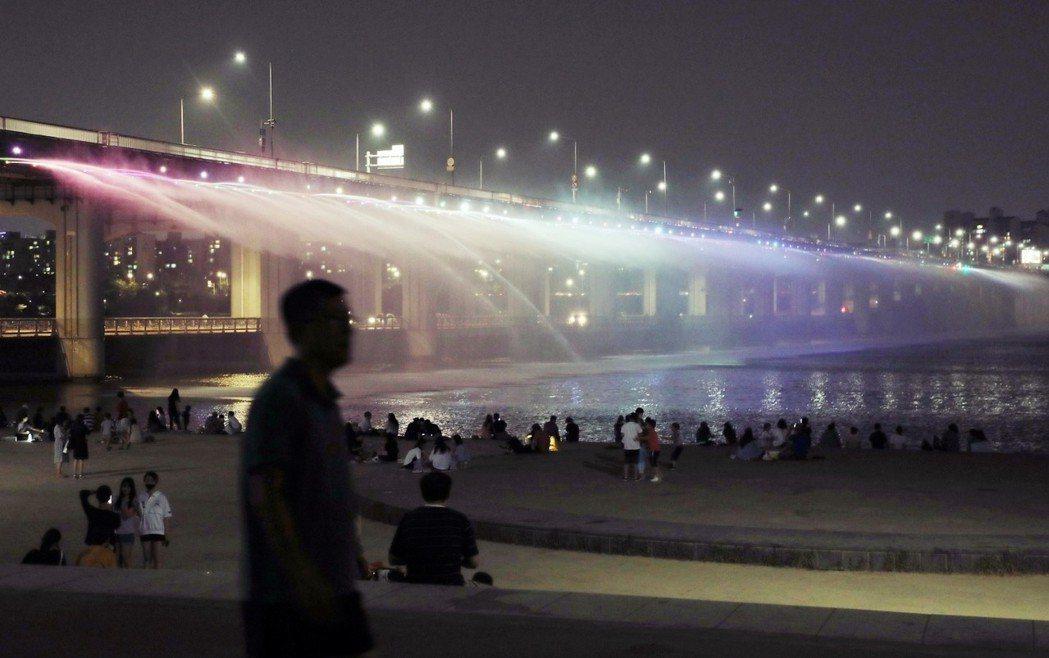 漢江江畔過去曾是首爾市民的夜間避暑勝地;但如今,首爾夜晚溫度已是超過30度的「超...