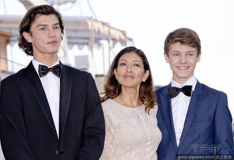 (左起)尼古拉王子與母親文麗雅、弟弟費利克斯王子。圖/達志影像