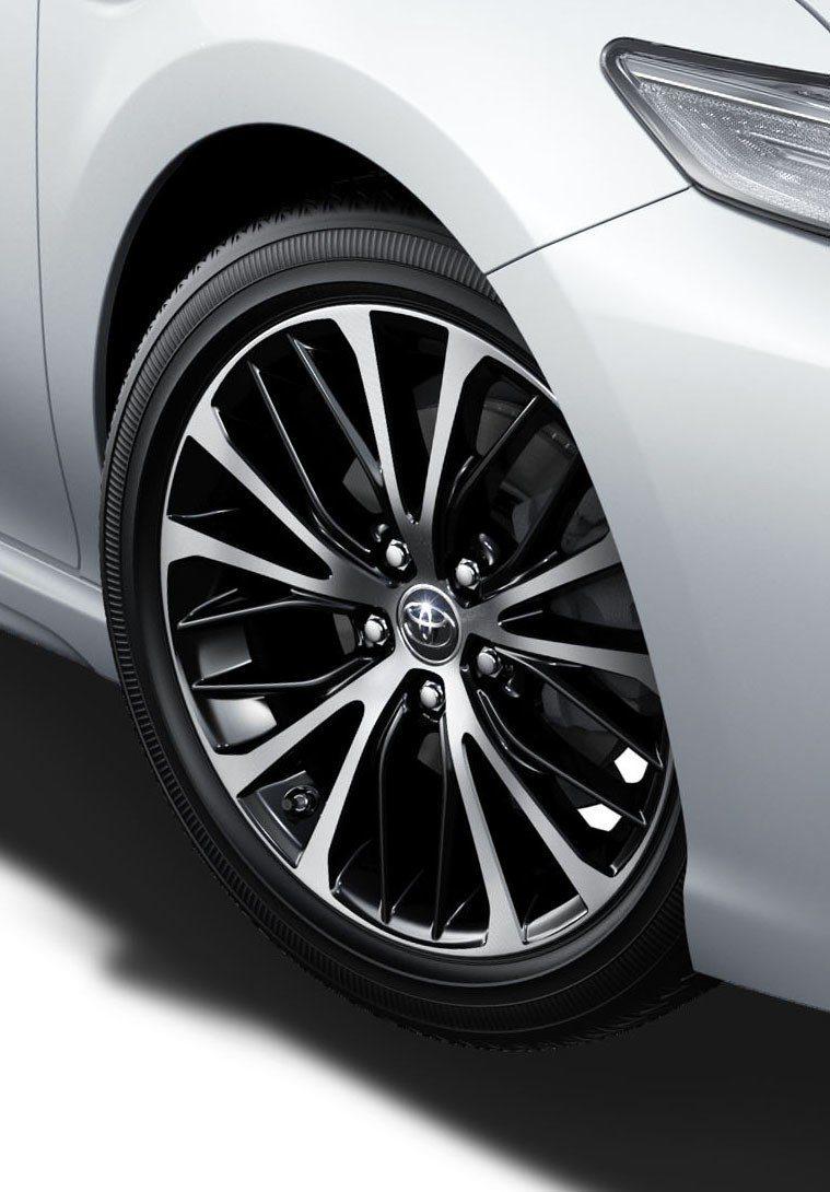 Toyota Camry WS皮革版車型搭載18吋鋁圈。 摘自Toyota