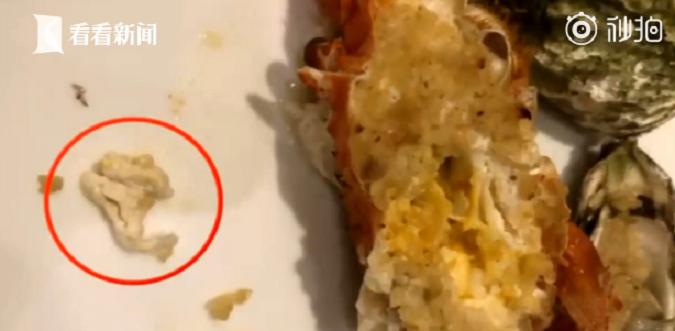 點了一份蒜蓉焗烤龍蝦,咬到一塊嚼不爛的「起司」發現竟然是一塊口香糖。圖取自看看新...