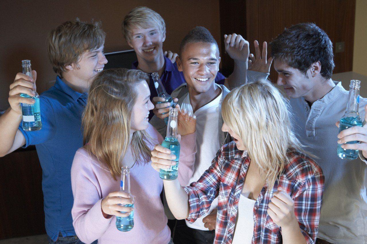若父母太早允許家中的青少年喝酒,可能會增加小孩成年後喝成爛醉、生事端的風險。...