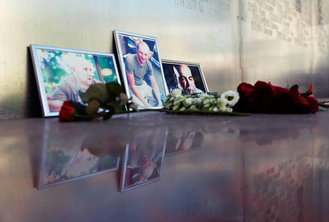 圖為祭悼3名記者的花與相片。 圖/路透社