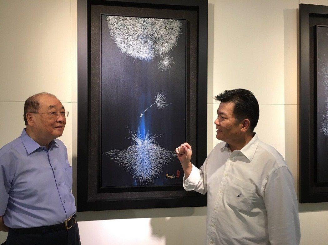藝術家林吉裕(右)日前在會場為前文化部長洪孟啟(左)解說背景作品-種源。 鄭芝珊...