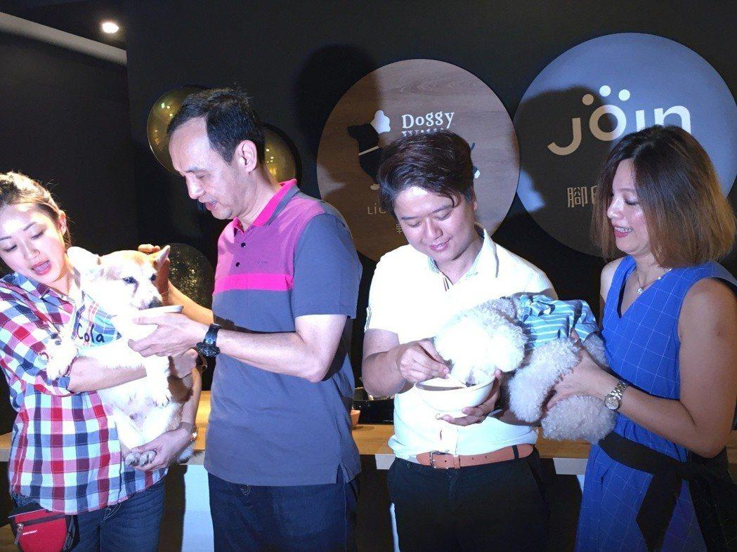 全台首家寵物鮮食產業文化館「輕寵食寵物飲食概念所」於今 (3) 日開幕。 邱世婷...