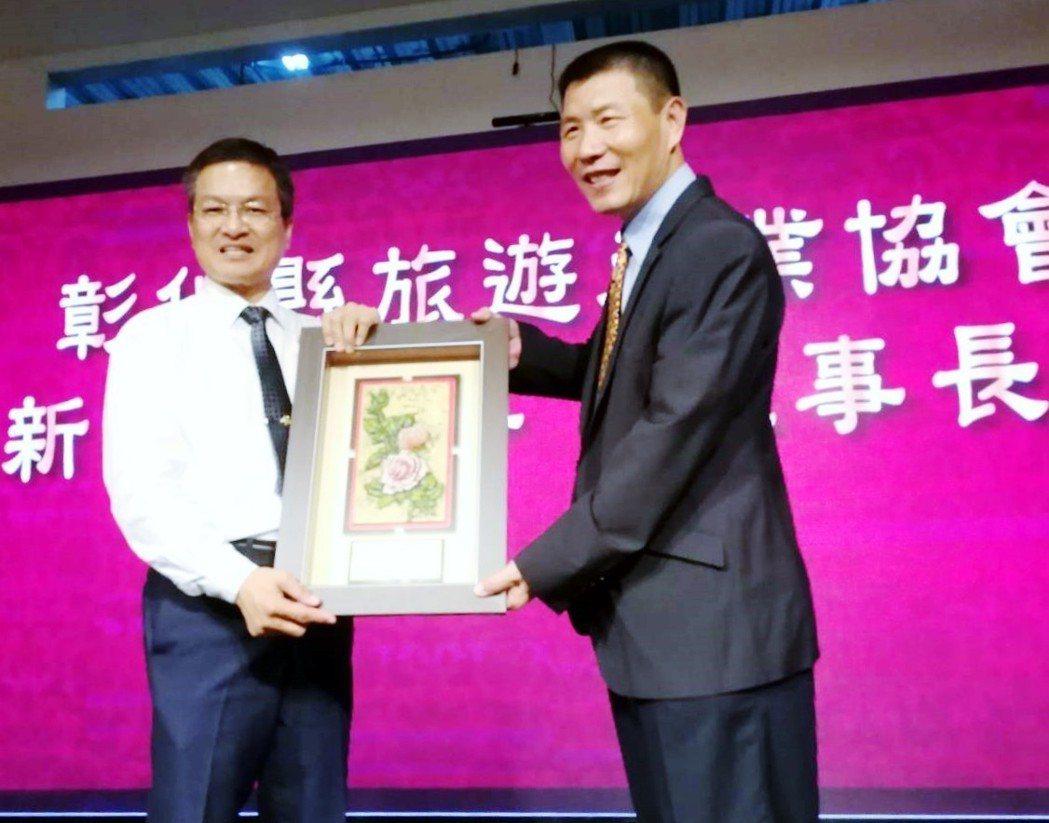 彰化縣長魏明谷(左)頒發就職證書給高票連任的吳世長理事長(右)。 台灣觀光聯合會...