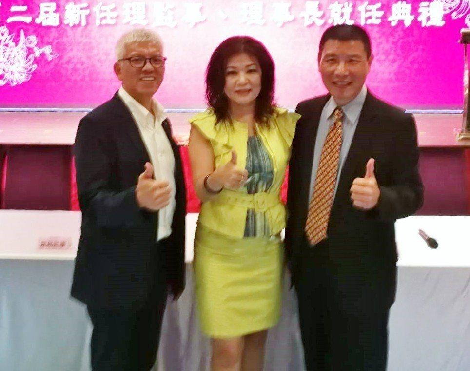 彰化縣產業旅遊協會理事長吳世長(右)、副理事長吳睿麒(左)及台灣區觀光協會聯合會...
