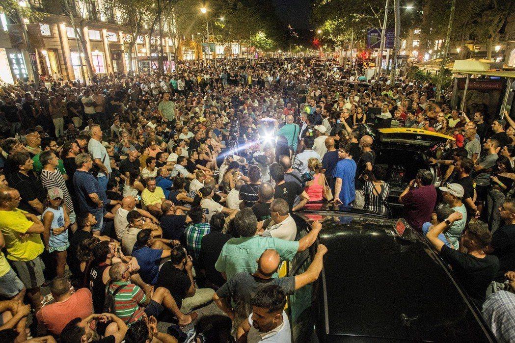 在幾經逼迫下,西班牙中央政府也承諾將在9月進行修法,進一步緊縮VTC與計程車的牌...