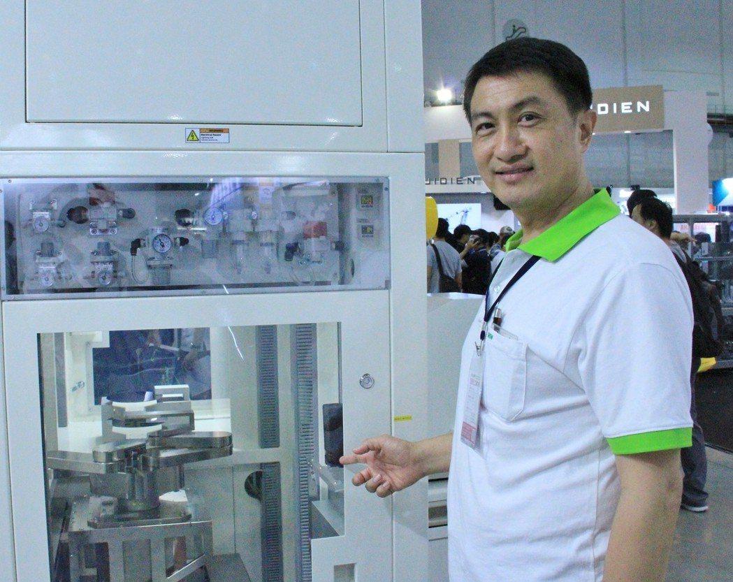 上銀科技經理葉聰憲說明,新開發的晶圓設備移載模組(EFEM)可滿足客戶不同需求,...