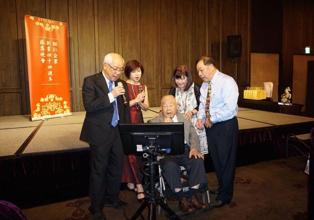 鉅仁董事長吳昌錫(左)、副總吳俊德(右)與創辦人吳友仁(左三)一起合唱向來賓致謝...