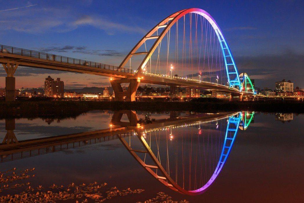 從【泰舍-至善元】新泰路出發,百米之內就抵達知名景點「新月橋」是自行車道、散步休...