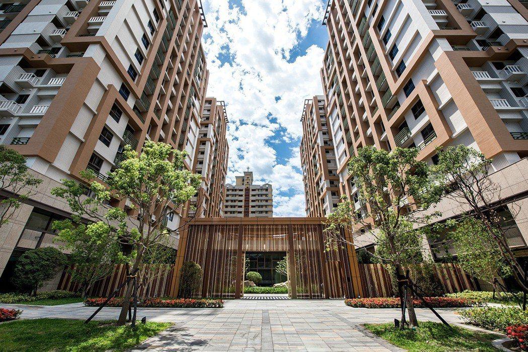 「微笑時代」戶數748戶,面積3452坪,為南台灣最大地上權住家開發案。 圖片提...