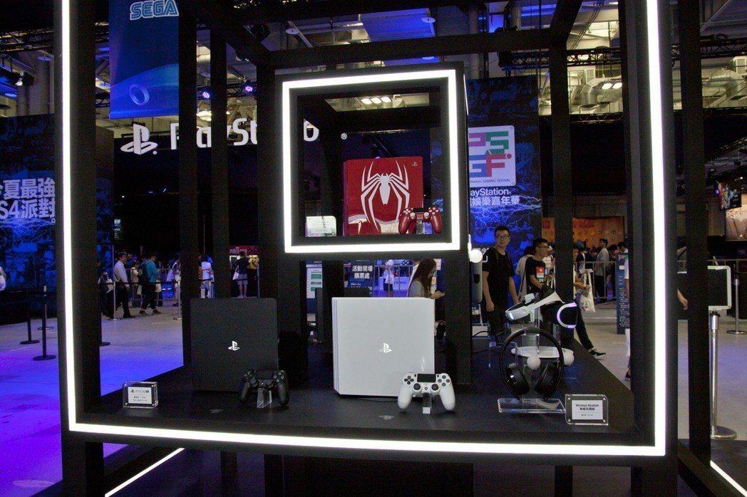 一到現場就能看到PlayStation各式主機和配件,其中主打的便是將在9月發售...