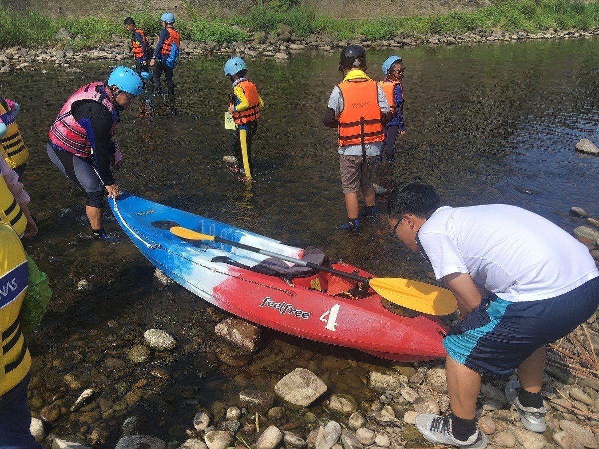雙溪是東北角淡蘭地區的中繼點也是中心點,雙溪國小今日以划獨木舟的方式,詮釋新世代...