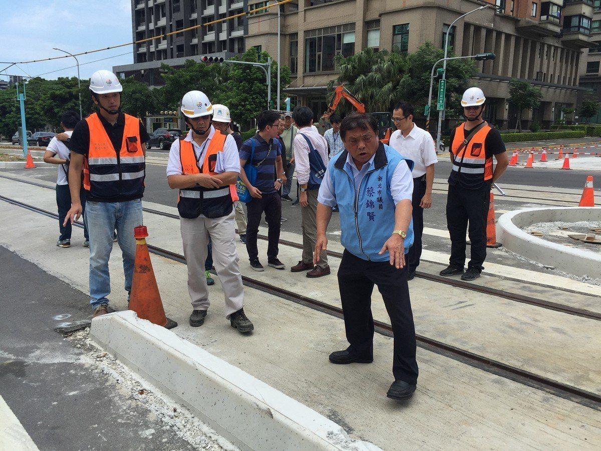 市議員蔡錦賢表示,包括現場發現原本的行人越道,也被軌道設施路緣石「導角」阻擋,造...