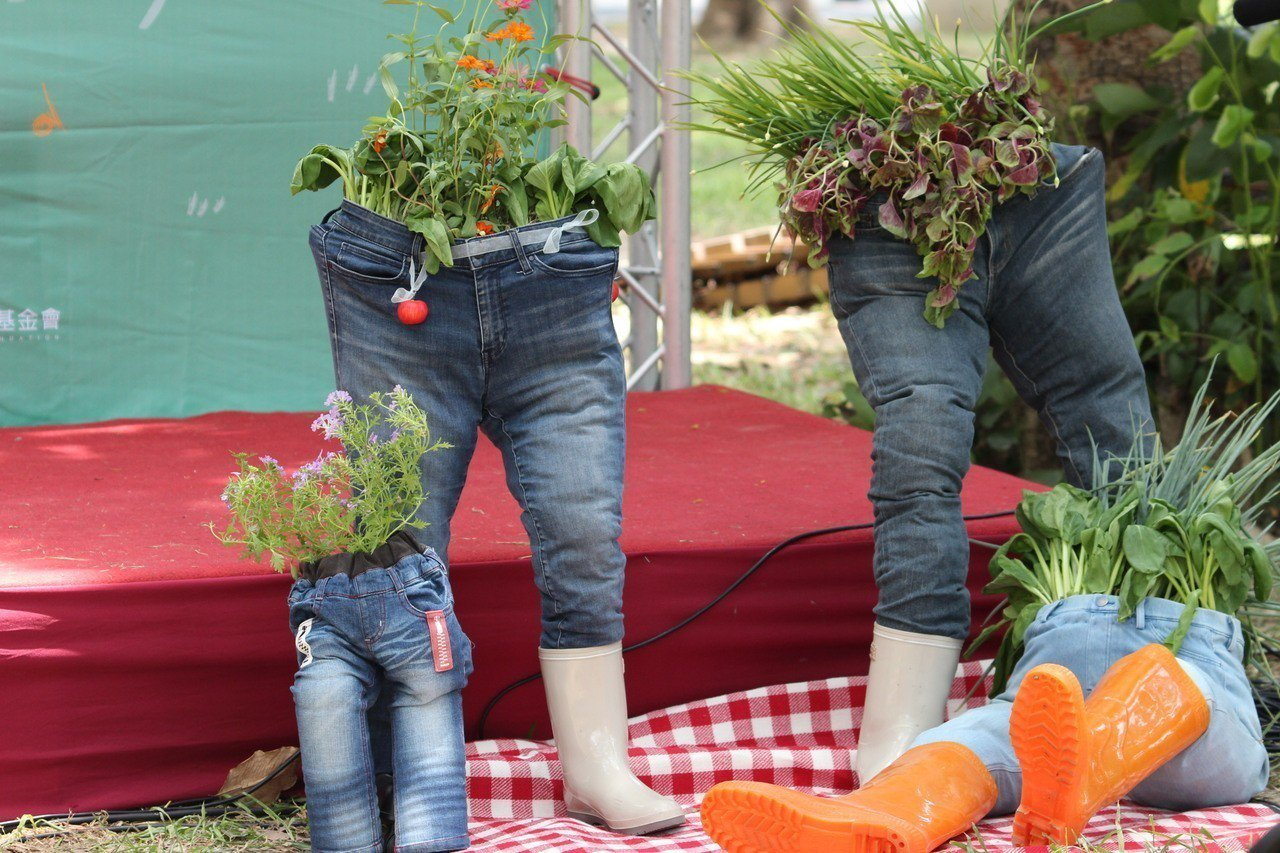 新竹市環保局長江盛任表示,家中破舊不堪穿用的牛仔褲用簡單的幾個步驟,就可以改造成...