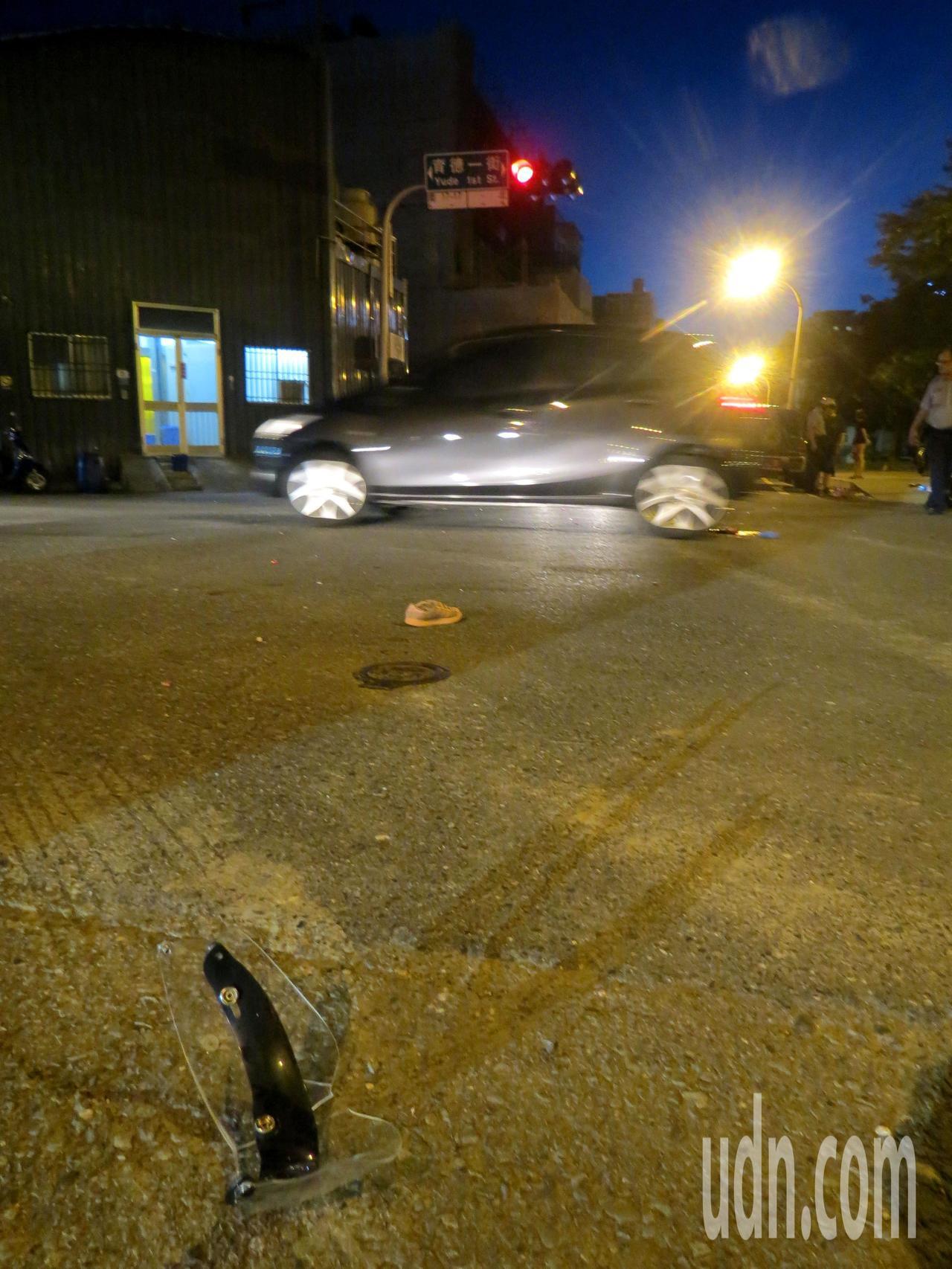 無辜母女遭運毒車撞上,破裂的安全帽目鏡與小女孩的一隻鞋留在路中央。記者周宗禎/攝...