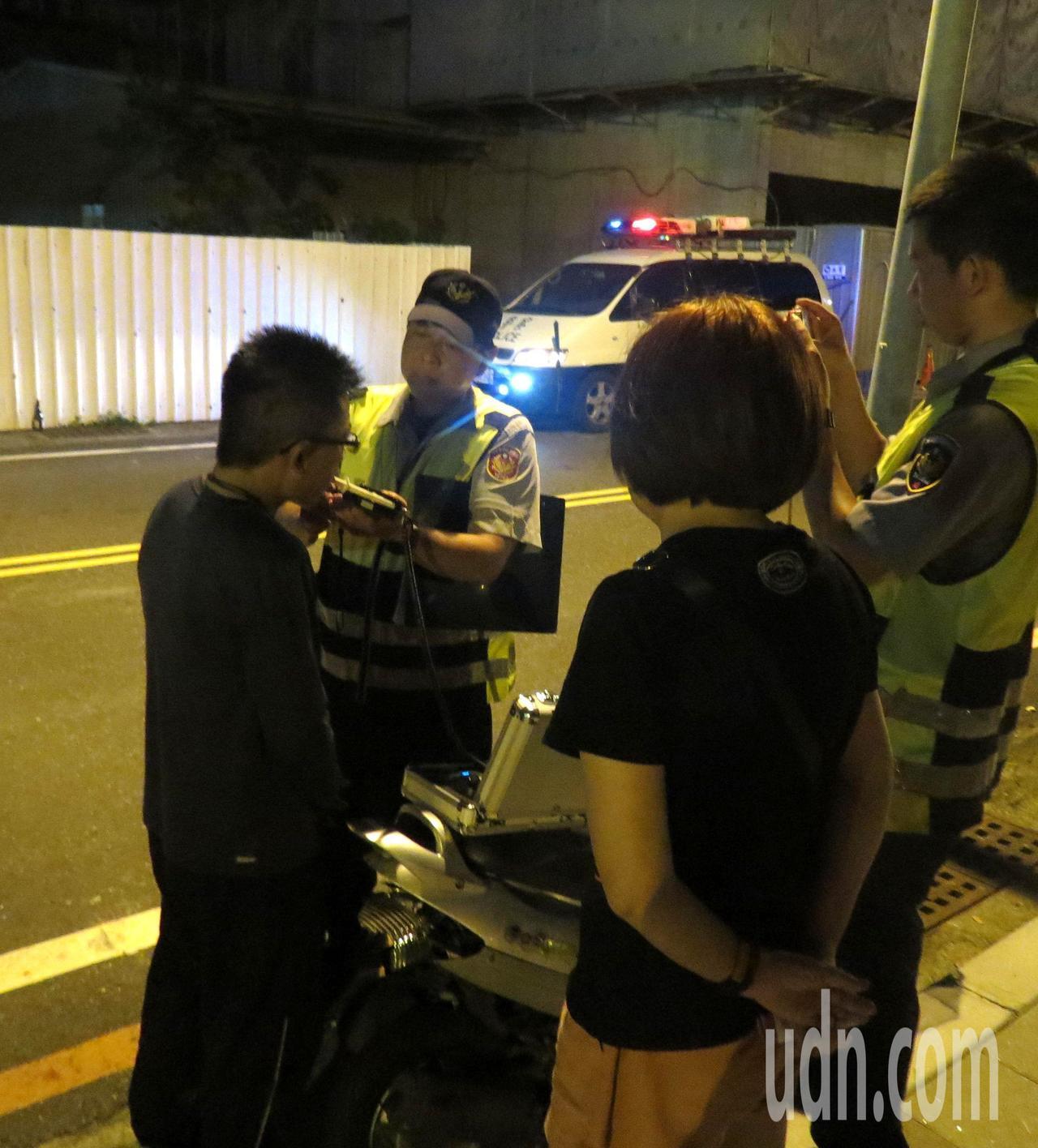 警方對肇事的郭姓男子酒測,酒測值雖是零但他神情恍惚。記者周宗禎/攝影