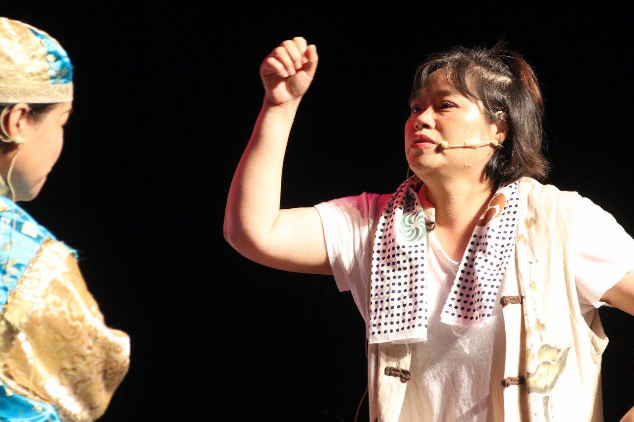 51歲的周錦霞(右)參加新北婦女大學,在舞台上表演日文歌舞劇「戲鳳」。記者王敏旭...