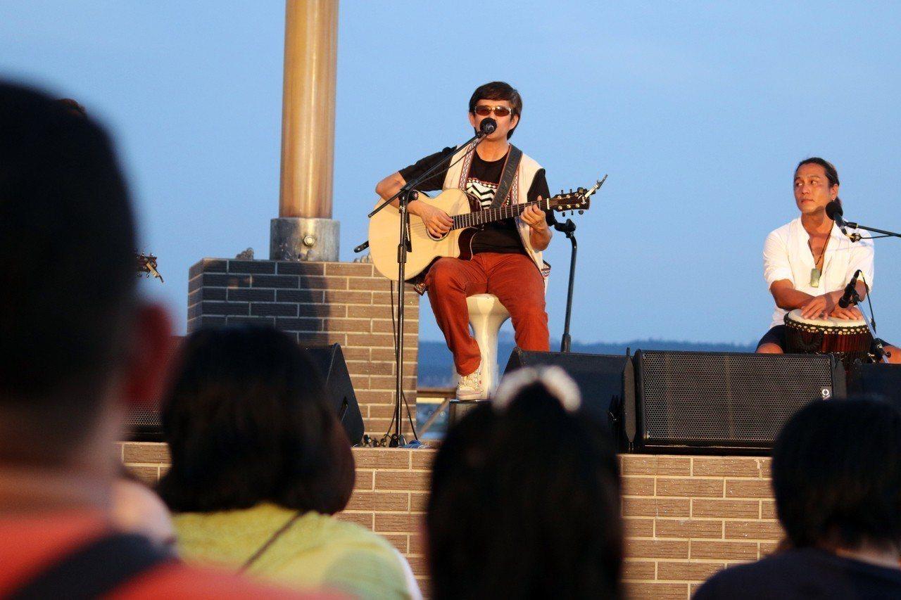 原民歌手白明光說,漁人碼頭有「浪漫」的環境,每周都有不同的樂手帶來不同的音樂,趁...