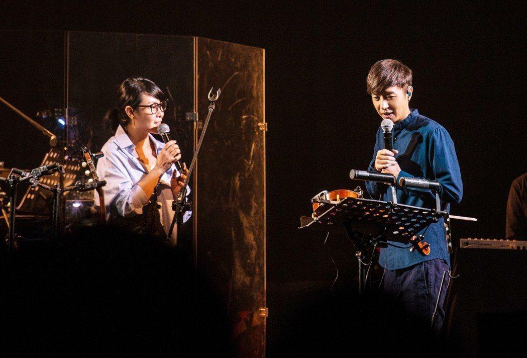 劉若英(左)驚喜露面,跟李劍青合唱。圖/Legacy提供