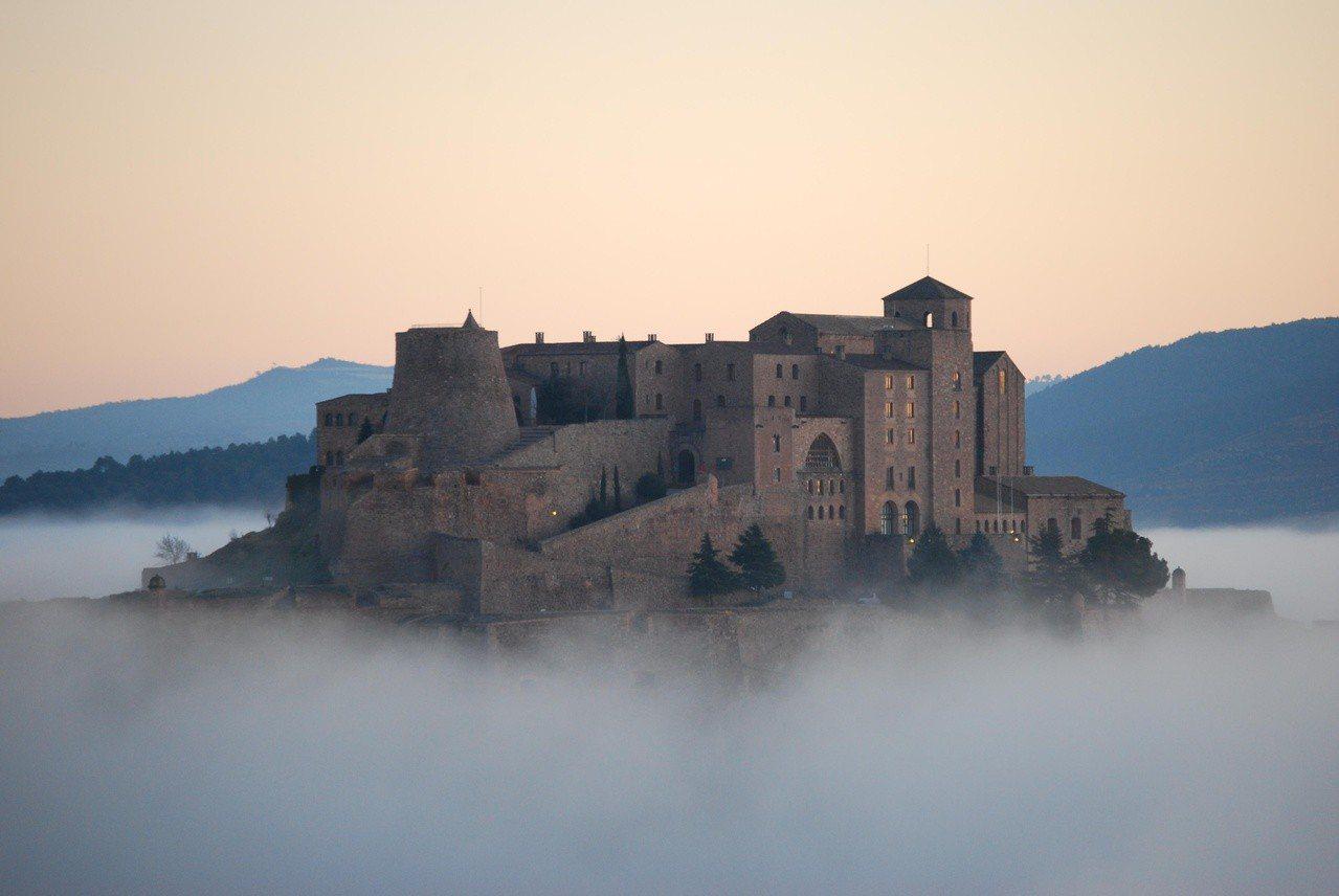 「西班牙卡爾多納」的九世紀古堡「卡爾多納旅館」坐落在山坡之上,夢幻的景緻能令到訪...