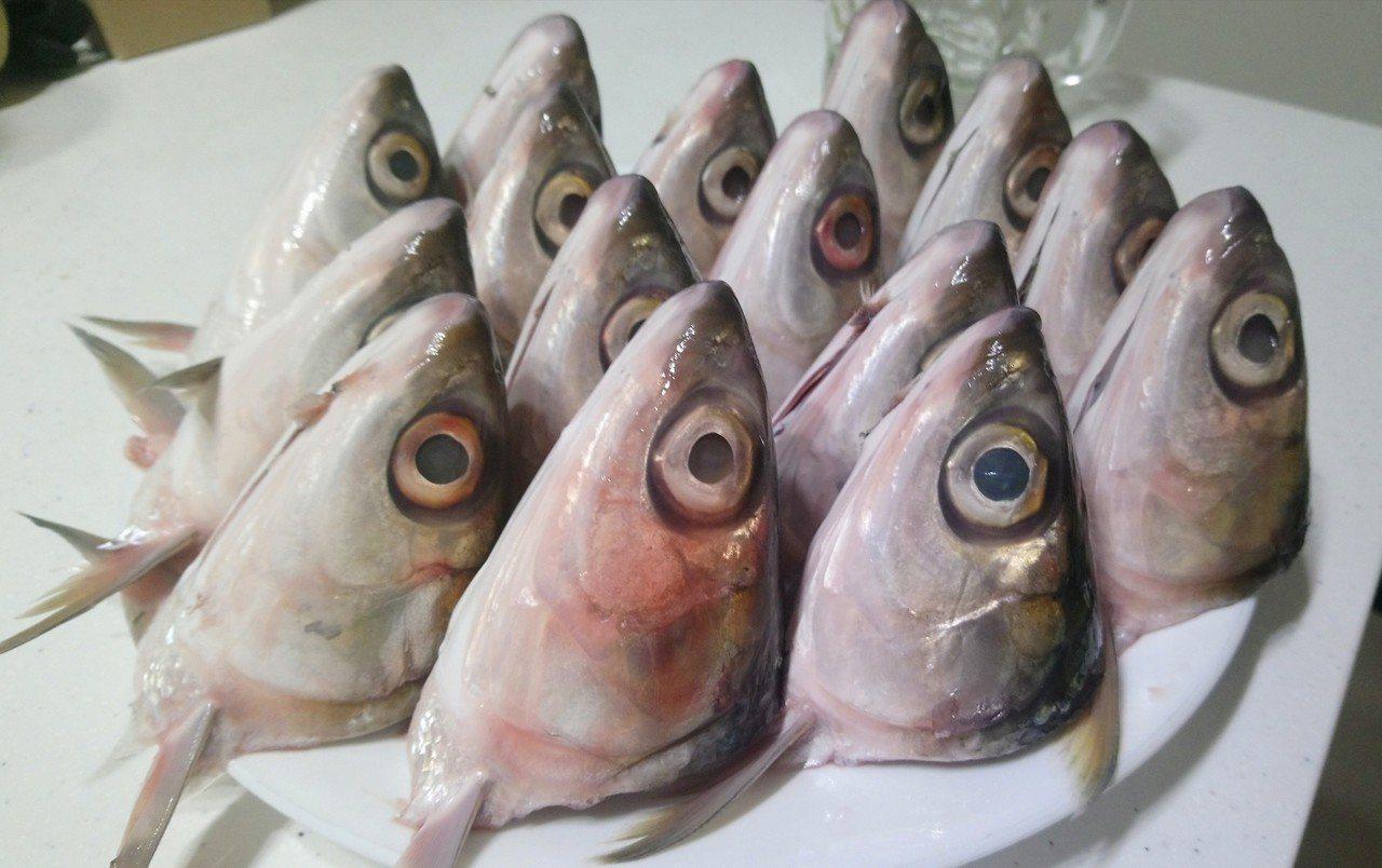 傳統市場新鮮的15顆虱目魚頭,現在只要50元。記者卜敏正/攝影