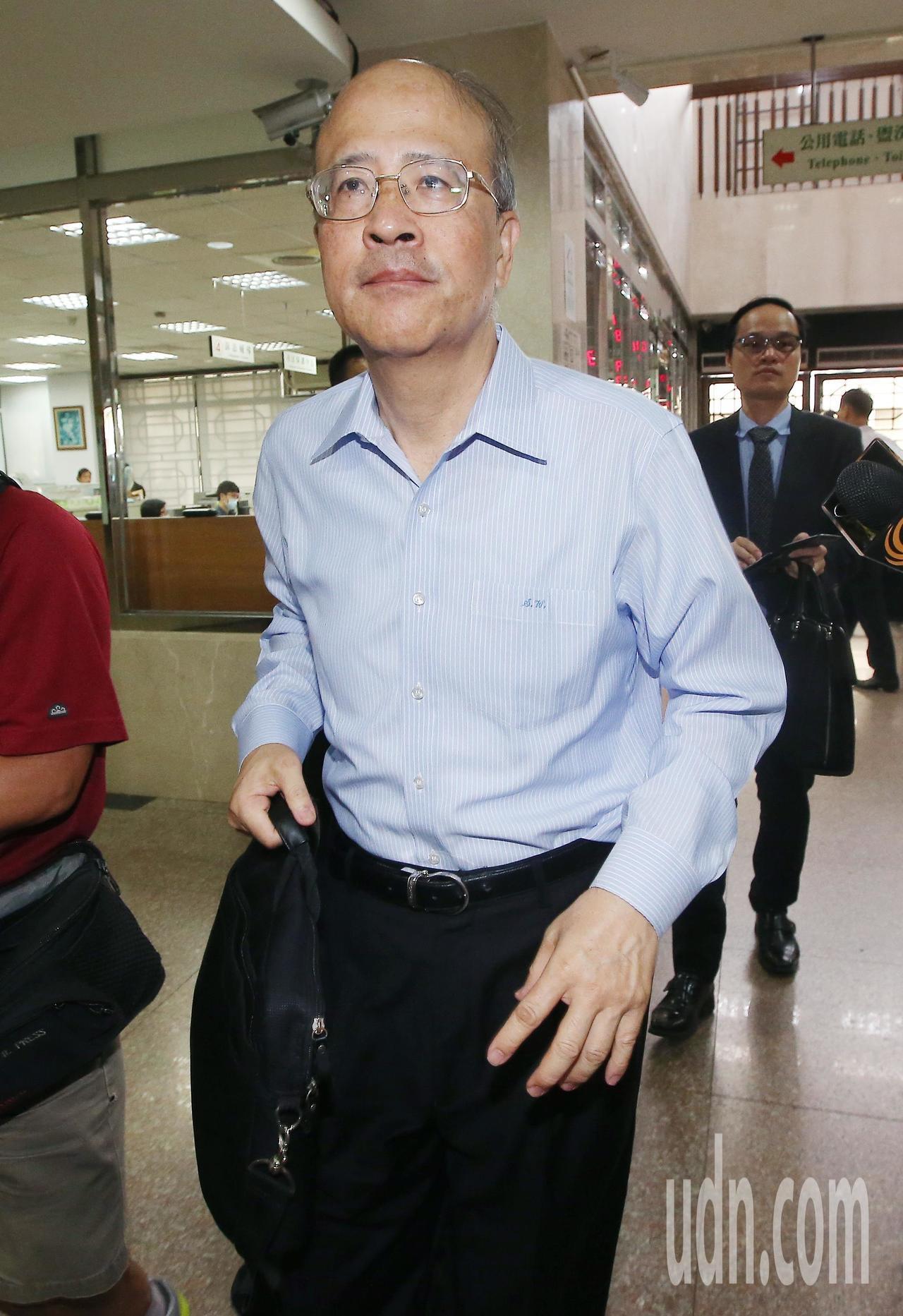 台北地院上午針對三中案再度開庭,審理有無解禁境管必要,前中投總經理汪海清出席時不...