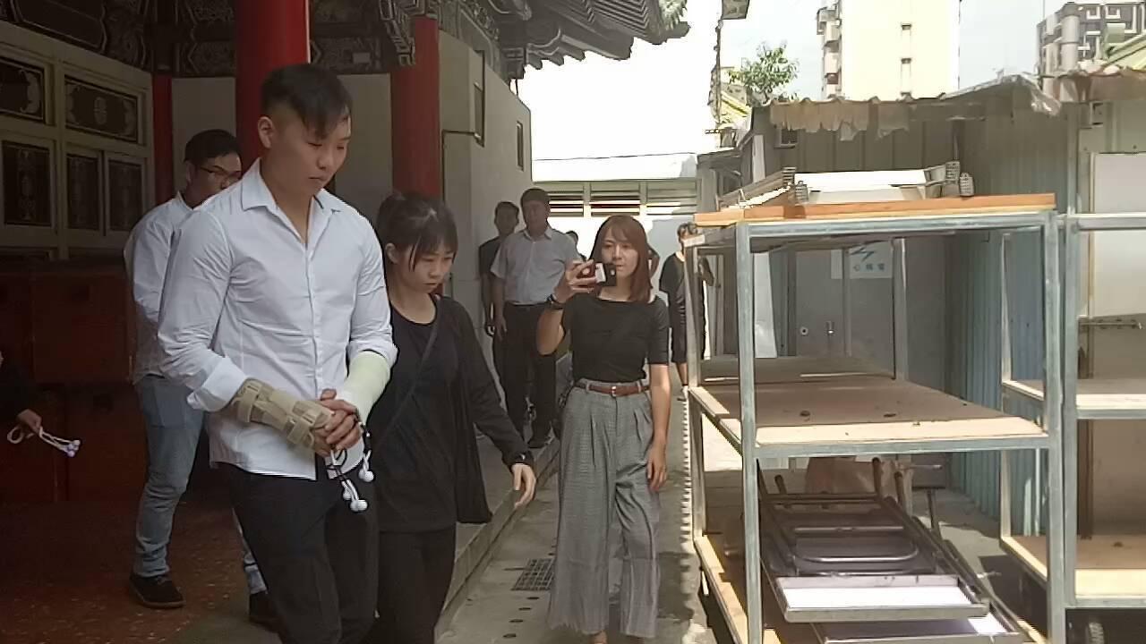 游瀚甯步出靈堂不發一語。記者江婉儀/攝影