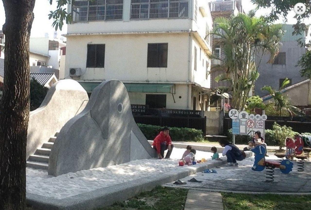 台中市公園綠地打造復古的大象溜滑梯,以磨石子材質製作,底部設沙坑緩衝,不再設塑膠...