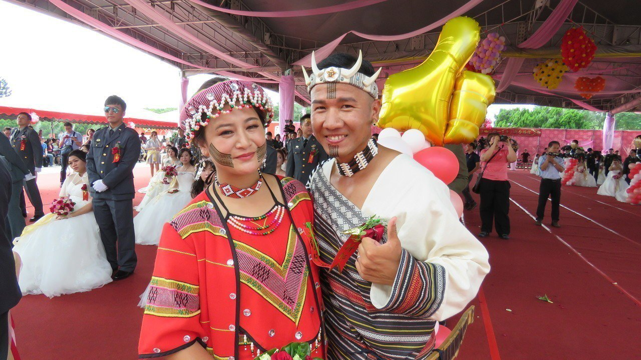 陸軍司令部今天在桃園龍潭大漢營區,舉行107年度聯合婚禮,泰雅族尤莉.達亞與丈夫...