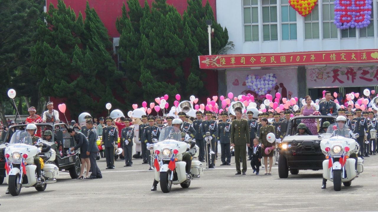 陸軍司令部今天在桃園龍潭大漢營區,舉行107年度聯合婚禮,148對新人在憲兵重型...