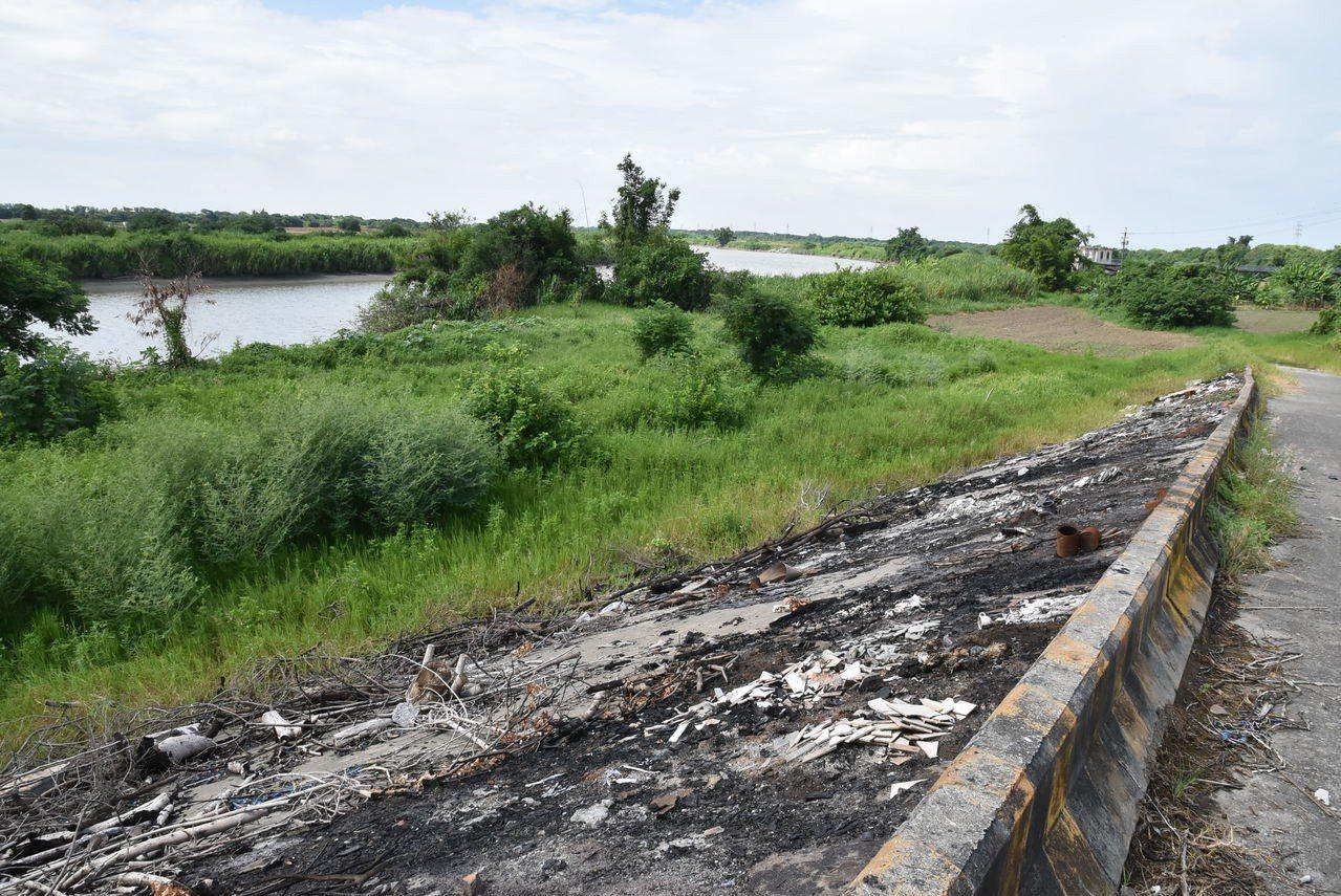 北港溪全力整治但仍有部分河段淪為垃圾場甚還焚燒垃,成為整治死角。記者蔡維斌/攝影