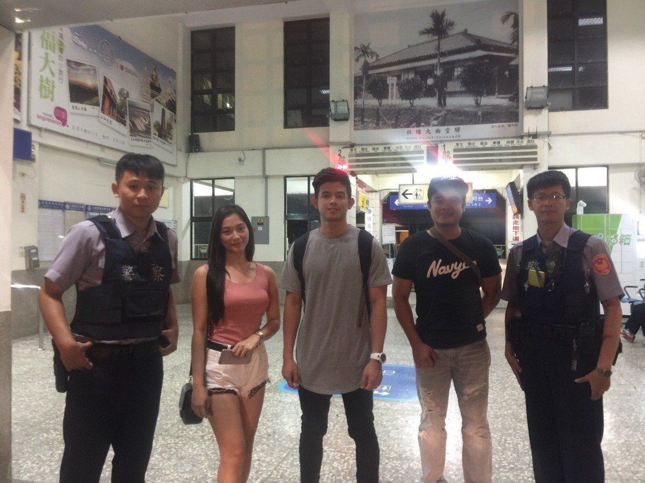 菲律賓男子Michael(左三)與兩名菲律賓友人南下高雄找尋生父,帶著欣喜心情返...