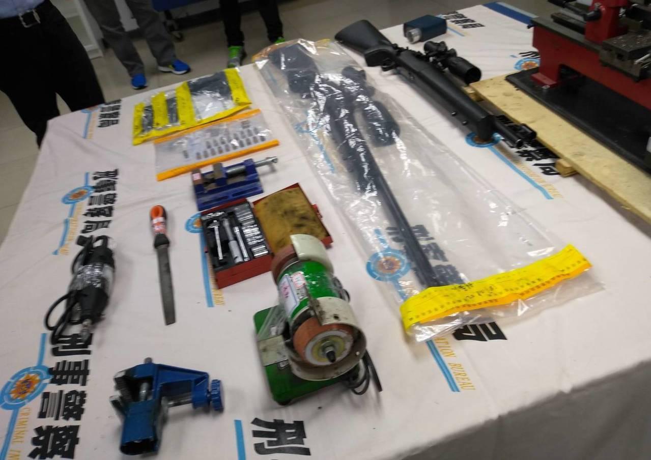 警方查獲改造槍枝、改造槍枝工具。記者劉星君/翻攝