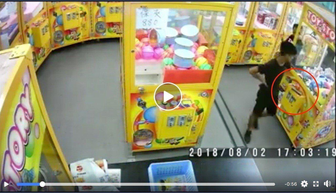 台中市潭子區中山路一家娃娃機店昨天下午有客人遺留錢包,被兩名就讀國中的少年偷走錢...