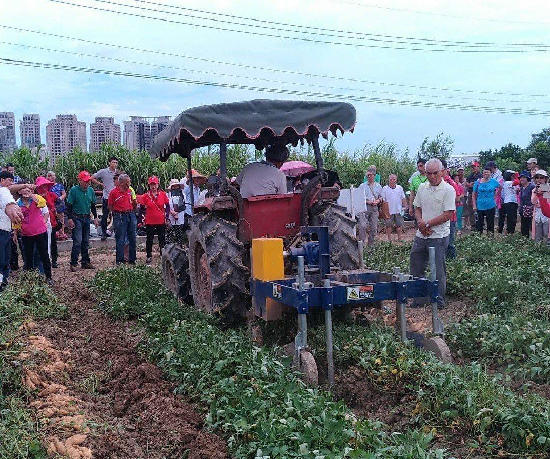 甘藷除藤採收機進行採收。圖/農委會農糧署北區分署提供
